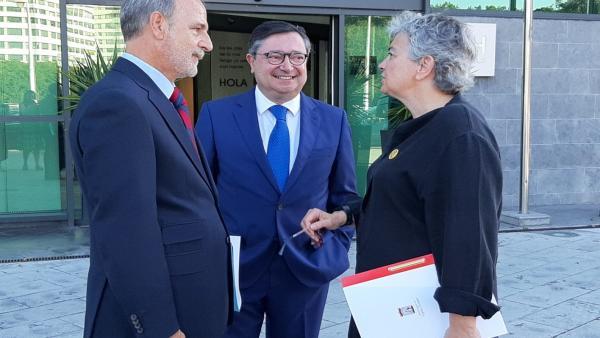 La alcaldesa de Gijón, Ana González, junto al presidente de Puertos del Estado, Salvador de la Encina, y el presidente de El Musel, Laureano Lourido