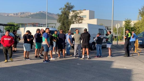 Comerciantes del mercadillo, descontentos por su ubicación provisional en el polígono de Los Olivares