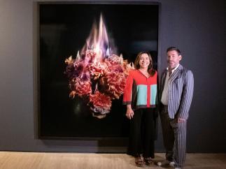 Ana Valles, presidenta de la Fundación Soriqué y el artista Mat Collishaw