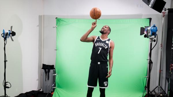 Kevin Durant posa con la camiseta de los Brooklyn Nets