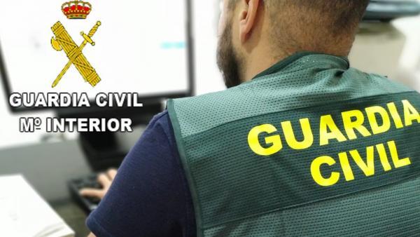 Un agente de la Guardia Civil en labores de investigación