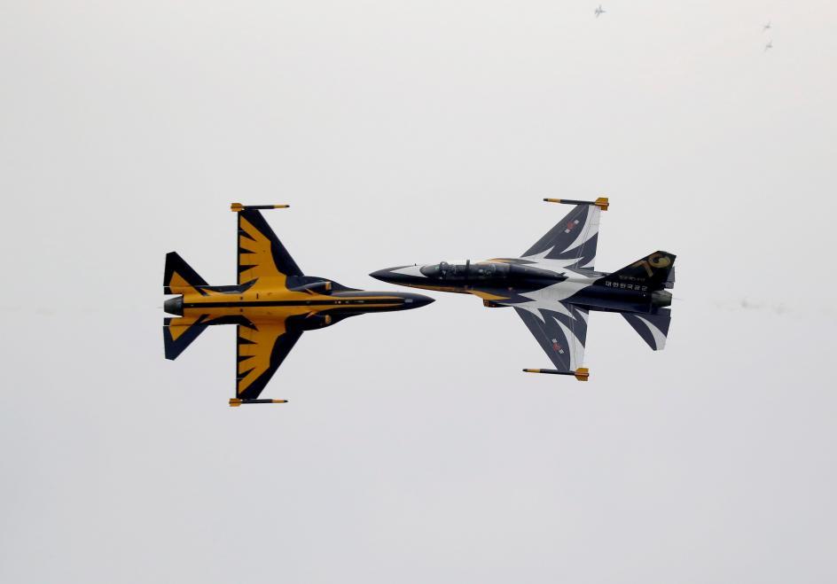 Cruce milimétrico. El equipo acrobático Black Eagles, de la Fuerza Aérea de Corea (ROKAF), realiza un ejercicio durante un espectáculo aéreo en la base militar de Osan (Corea del Sur).
