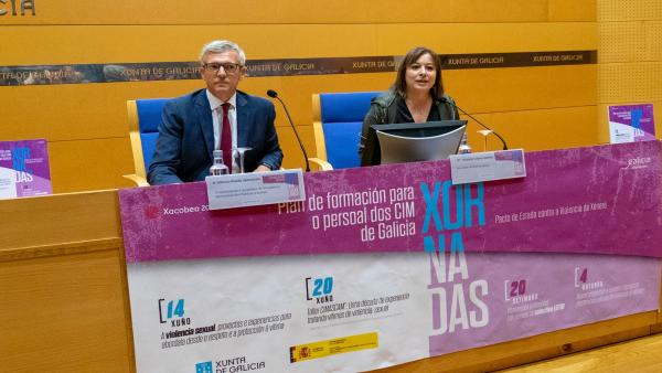 El vicepresidente de la Xunta, Alfonso Rueda, y la secretaria xeral de Igualdade, Susana López Abella, en la inauguración de las jornadas de formación de los CIM