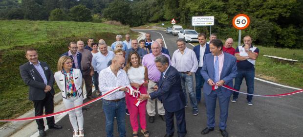 El presidente de Cantabria, Miguel Ángel Revilla, junto con el consejero de Obras Públicas, Ordenación del Territorio y Urbanismo, José Luis Gochicoa, inaugura las obras de mejora de la CA-674