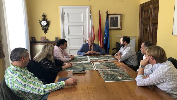 El delegado del Gobierno, Eduardo Echevarría, y alcaldes de la cuenca del Saja