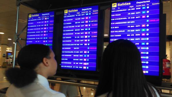 Imagen de pantallas del aeropuerto de Barcelona
