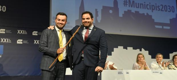 El alcalde de Deltebre (Tarragona), Lluís Soler, nuevo presidente de la ACM, junto al expresidente David Saldoni