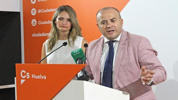 Julio Díaz, en una rueda de prensa, junto a María Ponce.
