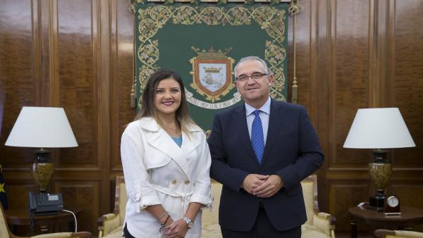 El alcalde de Pamplona, Enrique Maya, ha recibido en su despacho a Yamila Osorio Delgado, expresidenta de la región peruana de Arequipa.
