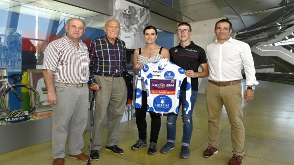 La alcaldesa de Santander, Gema Igual, recibe al ciclista Ángel Madrazo, en el Museo del Deporte