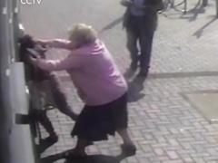 Doreen Jones, una anciana británica, se defiende cuando intentaba ser atracada en un cajero