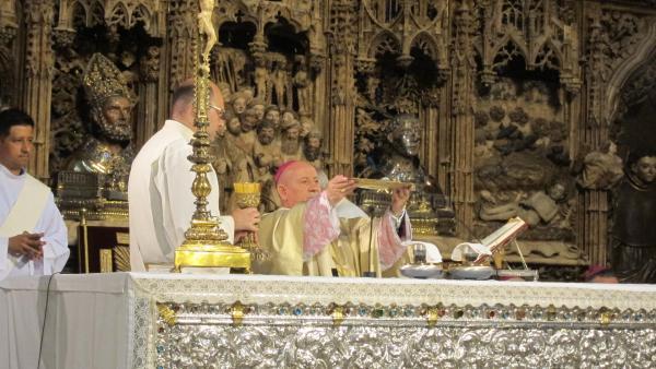 El arzobispo de Zaragoza preside una eucaristía en la catedral de la Seo.