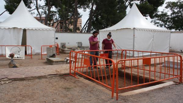 Exhumación en el cementerio civil de Castelló