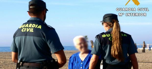 Agentes de la Guardia Civil con una persona mayor