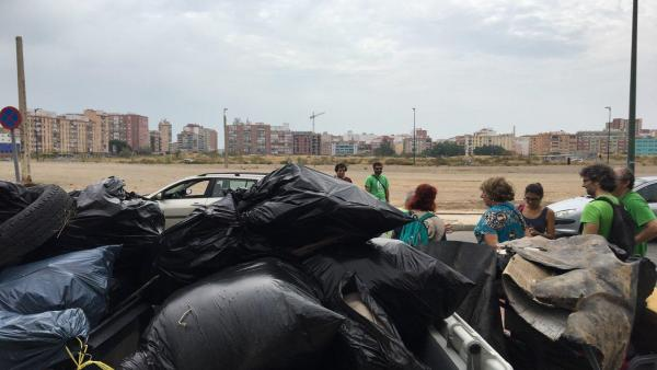 Residuos recogidos por voluntarios de Bosque Urbano en los antiguos terrenos de Repsol.