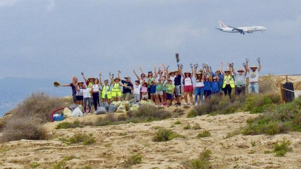 Imagen del World Cleanup Day en la playa de Es Carnatge.