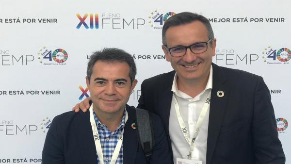 El socialista Joaquín Hernández Gomariz, alcalde de Lorquí, junto al secretario general del PSRM, Diego Conesa