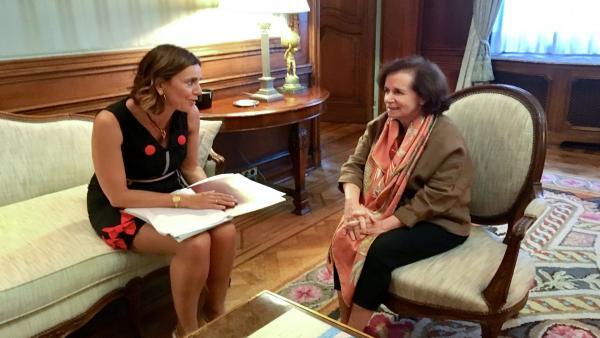 La consejera de Presidencia, Interior, Justicia y Acción Exterior, Paula Fernández, con la embajadora de España en Bélgica, Beatriz Larrotcha