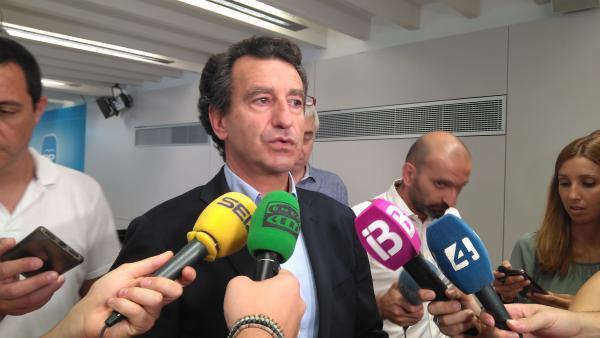 El líder del PP balear, Biel Company, atiende a los medios de comunicación.