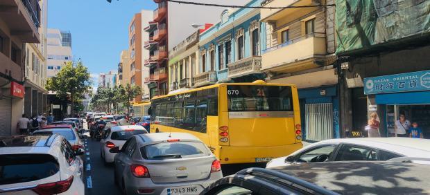 Visión parcial desde la zona Puerto, en La Isleta, del atasco provocado en Las Palmas de Gran Canaria por la decisión del Ayuntamiento de cerrar un tramo de autovía para la circulación de bicicletas, momentos antes de las 14 horas