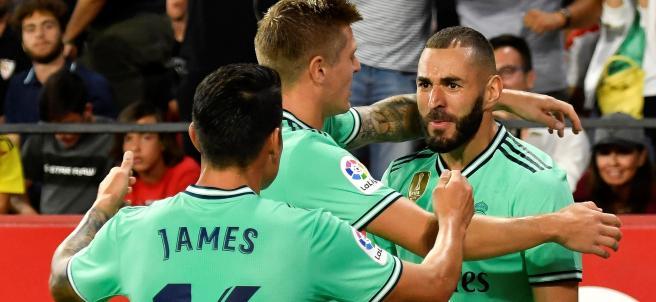 Benzema celebra su gol con el Real Madrid al Sevilla