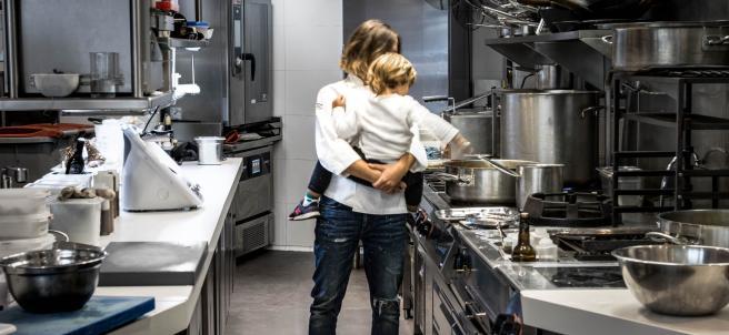 Laura López con su hijo en la cocina
