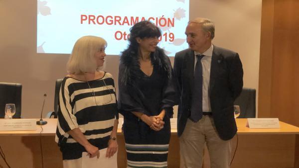 La directora del Museo de la Ciencia, Inés Rodríguez (izda), conversa con la concejal de Cultura y Turismo, Ana Redondo (centro), y el rector de la UVA, Antonio Largo, en la presentación de la programación de otoño del museo.