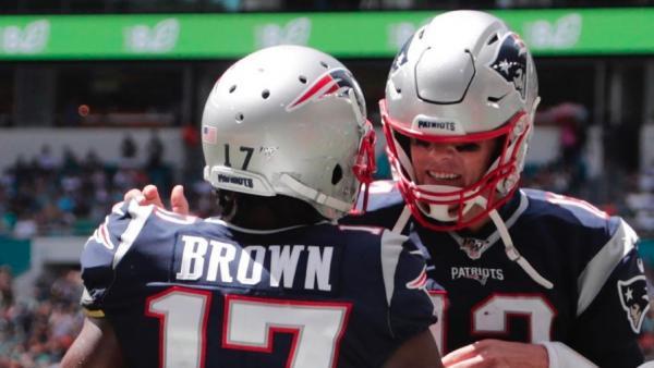 Antonio Brown, junto a Tom Brady durante su único partido con los Patriots