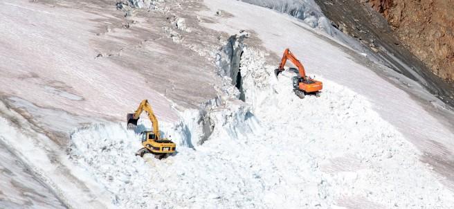 Máquinas trabajan en el glaciar Pitztal.