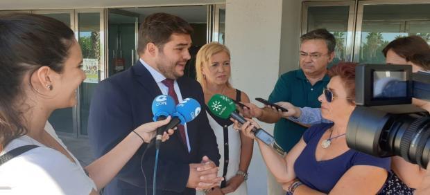 El delegado territorial de Turismo de la Junta de Andalucía en Cádiz, Miguel Rodríguez, atiende a medios