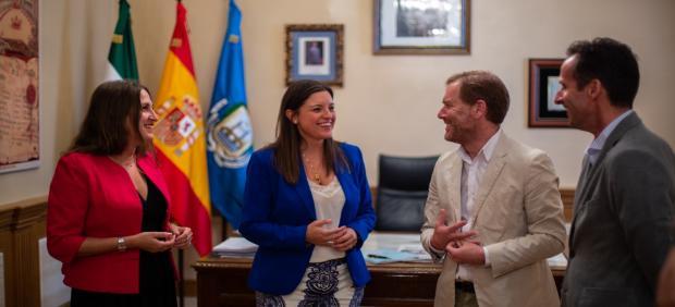 La alcaldesa de San Fernando (Cádiz), la socialista Patricia Cavada, y la portavoz de Ciudadanos, Regla Moreno