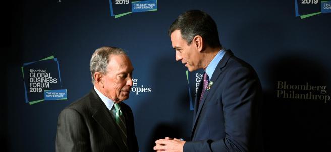 Sánchez conversa con el exalcalde de Nueva York Michael Bloomberg.
