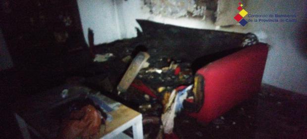 Estado en el que ha quedado el interior de la vivienda incendiada en Algeciras