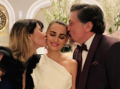 Penélope Cruz, con Carlos Bardem y Cecilia Gessa