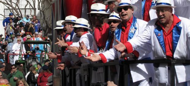 Coros del Carnaval de Cádiz cantando en la calle