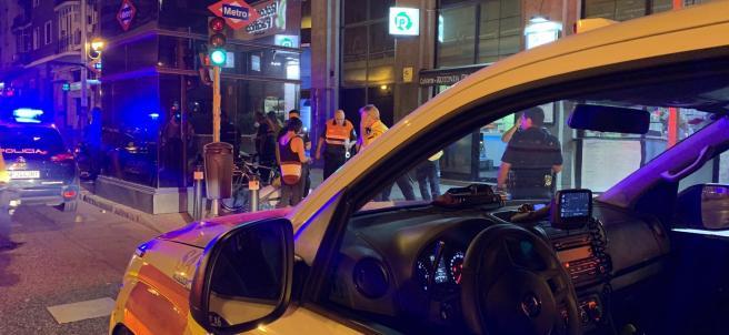 Imagen de un coche de Policía Nacional y otro de Samur-Protección Civil tras intervenir en una reyerta entre miembros de bandas latinas en Puente de Vallecas.