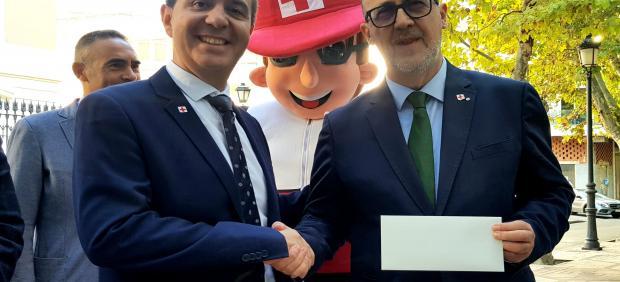 El presidente de la Diputación de Albacete, Santiago Cabañero, participa en el Día de la Banderita de Cruz Roja