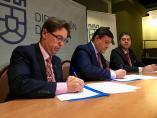 El presidente del Colegio de Ingenieros Técnicos de Ávila, Fernando Martín, y el presidente de la Diputación, Carlos García (c), firman un conveni