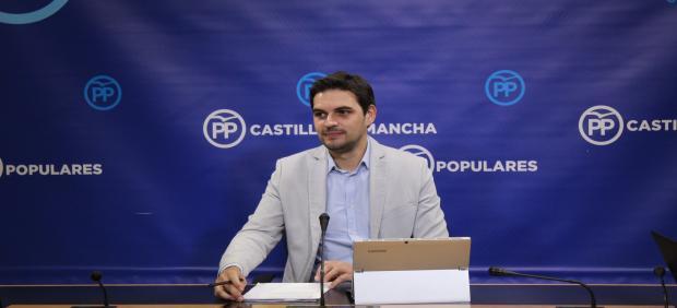 El vicesecretario de Comunicaciónd el PP C-LM, Santiago Serrano, en rueda de prensa