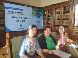 Rueda de prensa para presentar la apertura al público de los ensayos de la BTS en la que aparecen de izquierda a derecha la concejal de Cultura, Gina Aguiar, la alcaldesa de Segovia, Clara Luquero y la portavoz de la BTS, Isabel Manso.