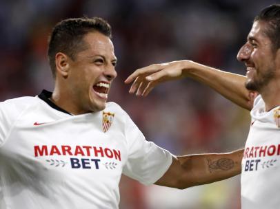 Los jugadores del Sevilla celebran el gol de Chicharito al APOEL