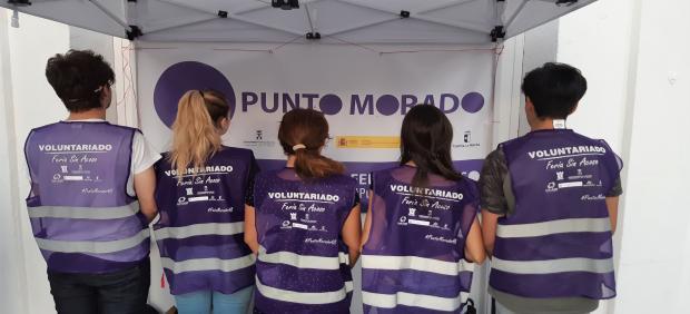 Voluntarios del punto morado en la Feria de Albacete