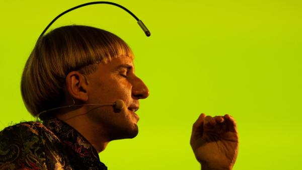 Neil Harbisson, primer cíborg reconocido por un gobierno.