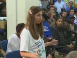 La mujer durante la reunión, con una camiseta en la que puede leerse 'Salva el planeta, come niños'
