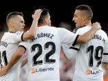 El Valencia celebra un gol de Maxi al Alavés