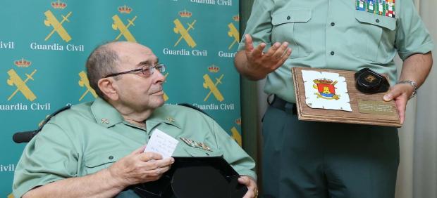 El capitán Juan Osorio Prieto recibe un homenaje como veterano de la Guardia Civil