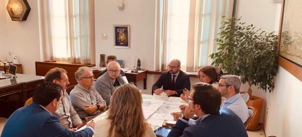 El alcalde de El Puerto de Santa María (Cádiz), Germán Beardo (PP), en una reunión este lunes para valorar la sentencia del TSJA que anula el PGOU del municipio