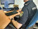 Agent de la Policia Nacional tramita una denúncia, d'arxiu.