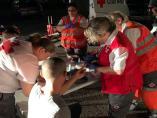 Un grup de voluntaris atén a immigrants rescatats en pastera, d'arxiu.