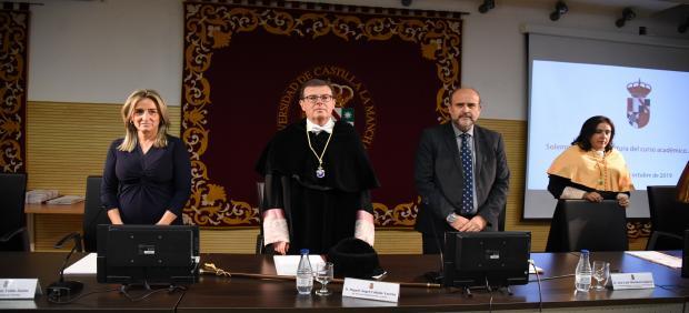 El rector de la UCLM, Miguel Ángel Collado, en la apertura del curso académico junto al vicepresidente de la Junta, José Luis Martínez Guijarro, y la alcaldesa de Toledo, Milagros Tolón
